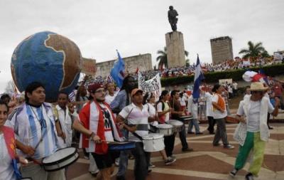 20150502025915-jovenes-del-mundo-en-el-desfile-en-villa-clara-580x367.jpg