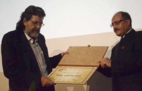 20151028164119-premio-a-fidel-al-mayadeem.jpg